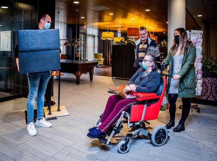 Marian Sinterniklaas ontvangt de maaltijd van restaurant 't Land van Wale in 't Huys te Hoecke.
