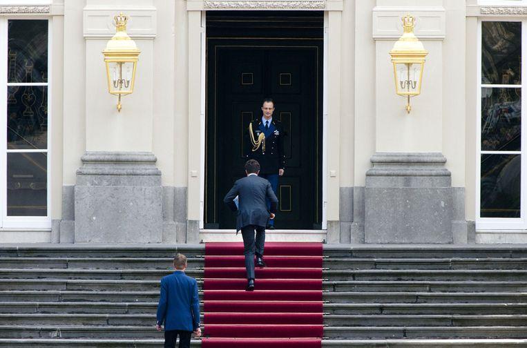 Premier Mark Rutte op weg naar de koningin. Beeld ANP