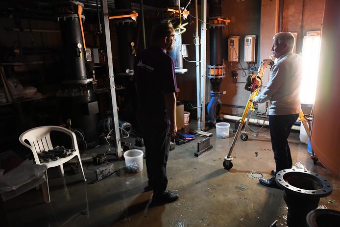 Lekkage in de kelder bij zwembad De Vennen in Dongen. Peter Verhoof (r) en een medewerker van de Technische Dienst in de kelder waar het meeste water gelukkig al afgepompt is.