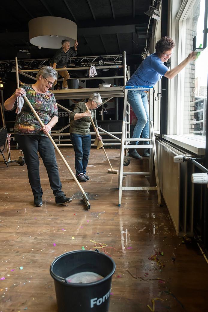 Bij Bij Verhoeven worden de resten van het carnaval netjes opgeruimd en het interieur schoongemaakt.