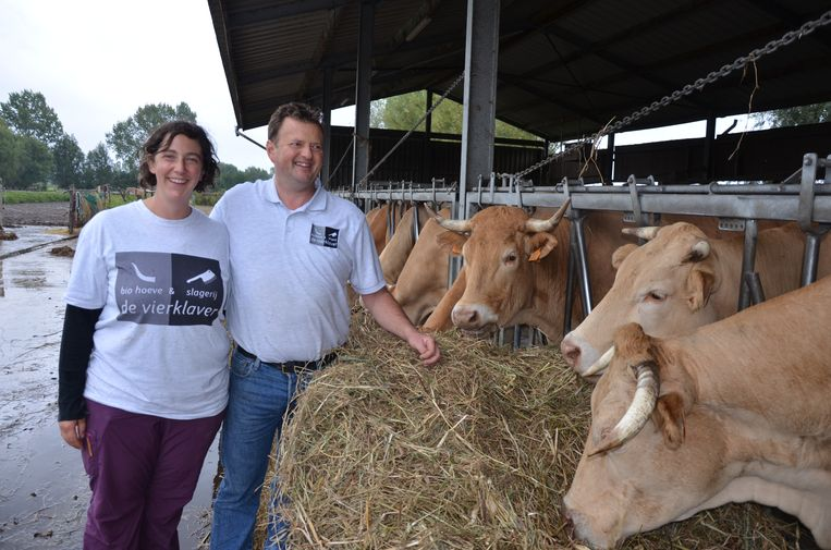 Annelies Marchand en Pieter Van Poucke stellen zaterdag de deuren open van hun biohoeve en slagerij die 20 jaar bestaan.