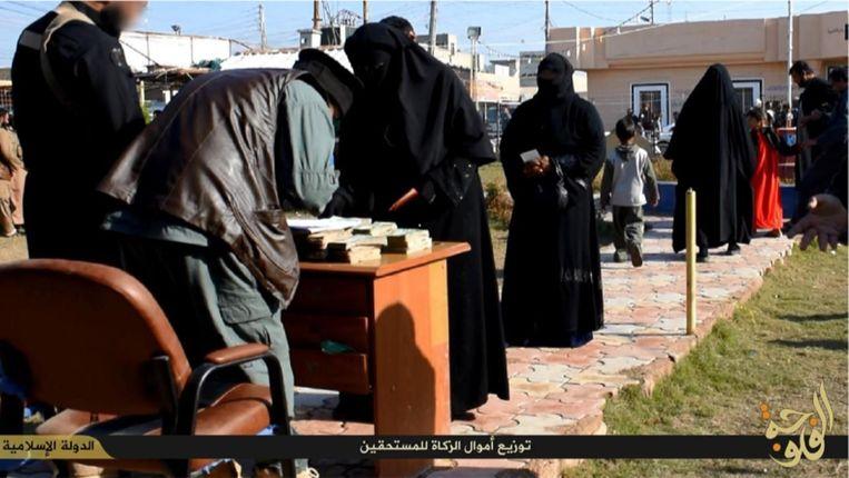 Vrouwen staan in de rij voor de 'zakat', een verplichte aalmoes voor armen. Locatie: Falluja, Irak. Beeld Quilliam