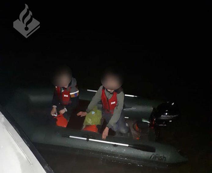 De twee jonge schippers vaarden over de Boven Merwede in het donker zonder licht.