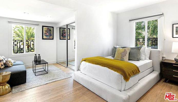 La maison compte quatre chambres à coucher confortables.