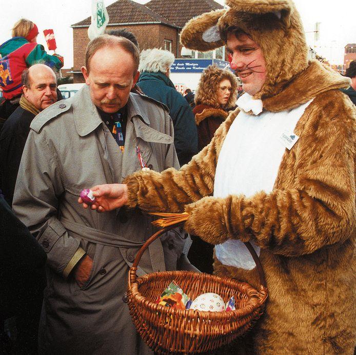 Voormalig Tierpark-directeur en hulppaashaas Thomas Berling trakteert op een ei.