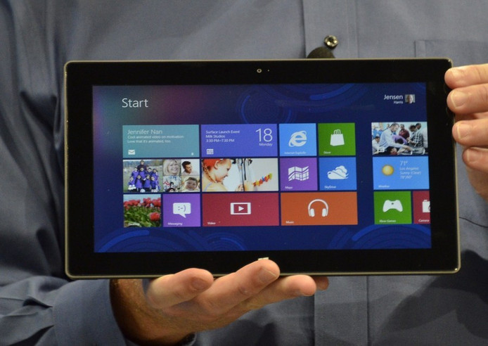 Microsoft-topman Steve Ballmer toont de Surface.