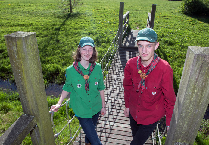 Jeroen en Christine Wolf gaan vrijwilligerswerk doen op de World Scout Jamboree in Amerika. Hun broertje Ronald is nog wel jong genoeg om zelf deel te nemen.