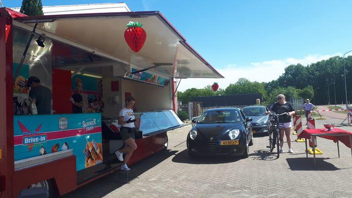 De familie Ockers verkoopt aardbeien aan de Kamerlingh Onnestraat.