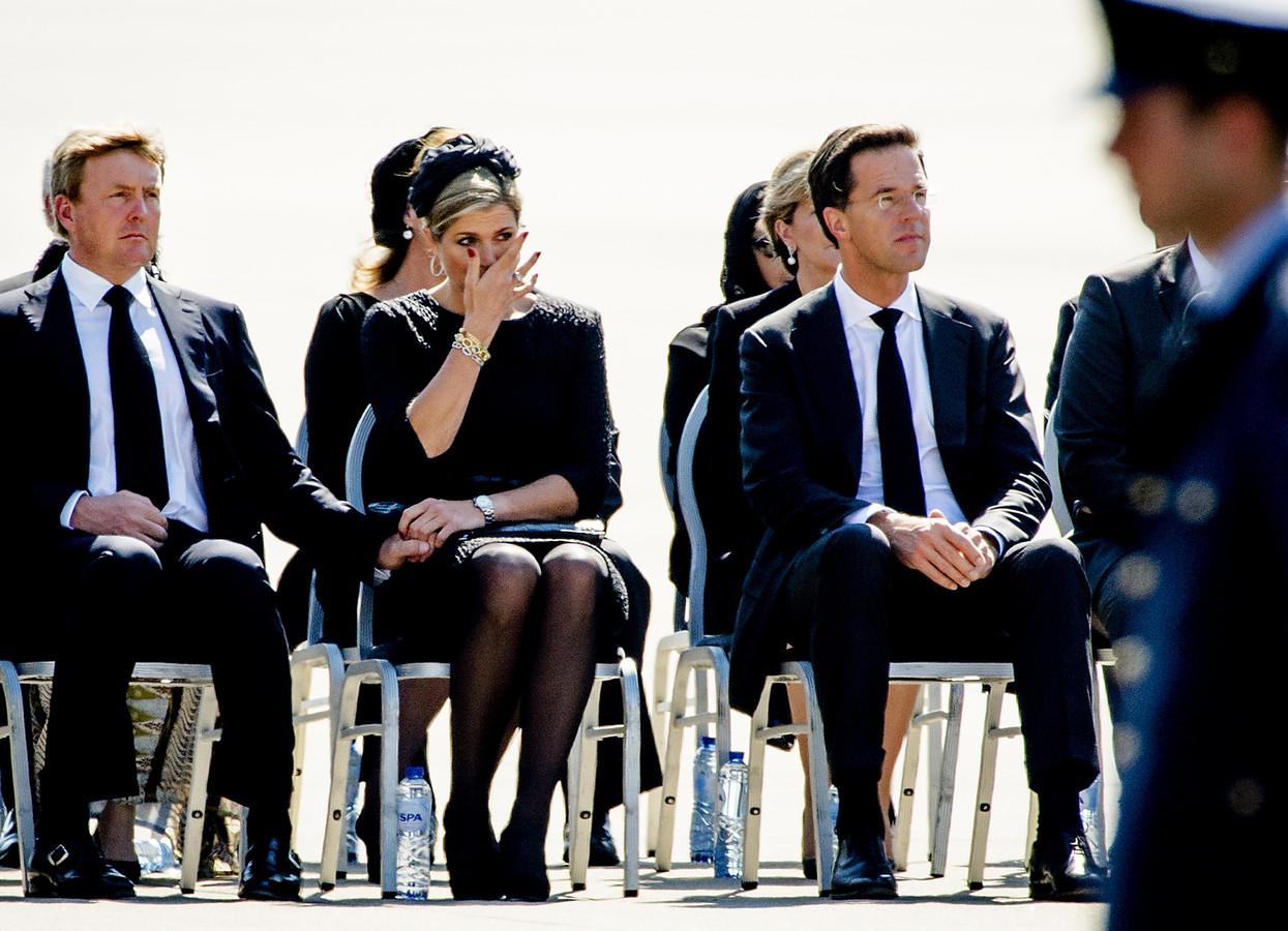 (VLNR) Koning Willem-Alexander, koningin Máxima en minister-president Mark Rutte op vliegbasis Eindhoven tijdens de terugkeer van de eerste slachtoffers van vliegramp MH17.