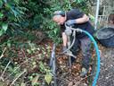 Willy Detiger blaast onder hoge druk gaten in de grond om de waterhuishouding te verbeteren.