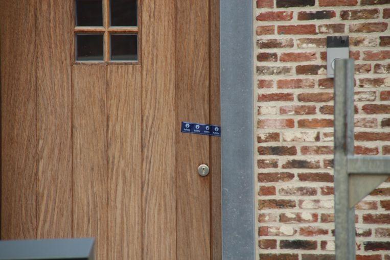 De voordeur werd afgeplakt met politietape.