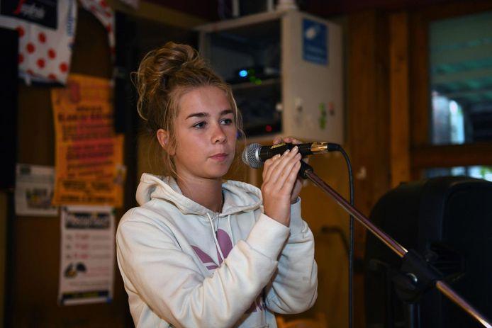 Luka (18) toonde haar zangtalent in café 't Werrek.