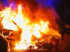 Twee auto's verwoest door brand in Oss