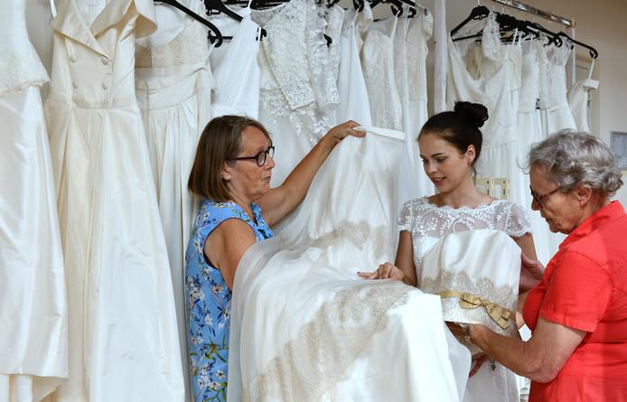 Een gedeelte van de jurkencollectie in Amerongen. Vandaag is er een speciale bruidsshow.