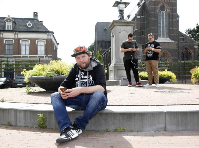 Sebastiaan Elshout (voorgrond) met zijn Pokémon-vrienden Jeffrey de Krijger (l) en Robert Ransschaert.