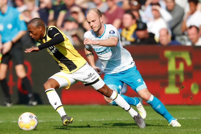Thulani Serero (links) schudt PSV'er Jorrit Hendrix af.