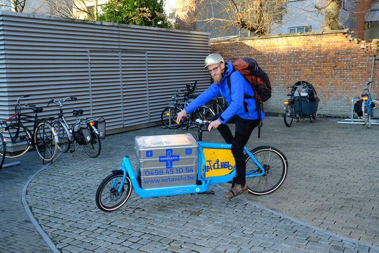 Pieter-Jan Huyghe is een dierenarts met een bakfiets.