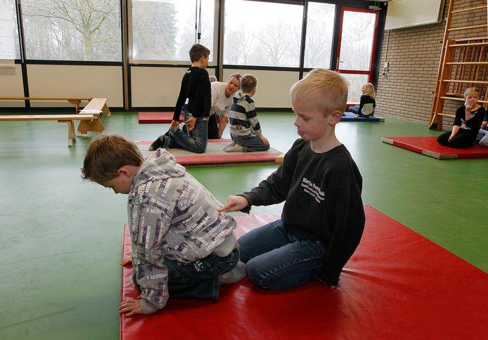'Kinderen kunnen spelletjes doen waarbij ze bijvoorbeeld letters op elkaars ruggen schrijven.'