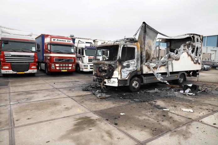 Uitgebrande vrachtwagens bij Daniëls.