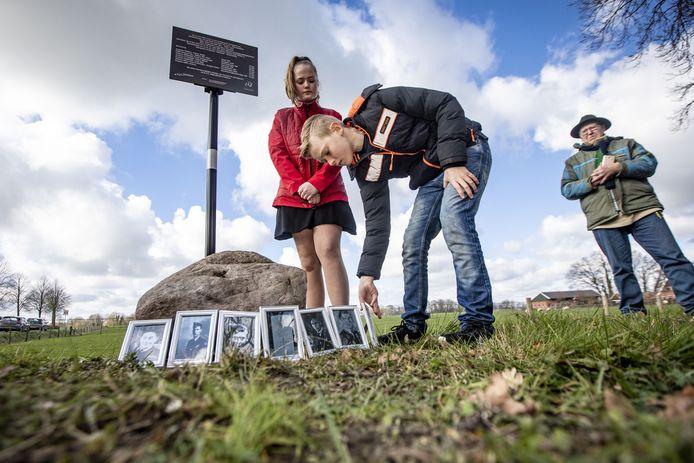Ard Scholten (11) en Yindee van der Weide (12) plaatsen om en om een foto van een van de omgekomen bemanningsleden.