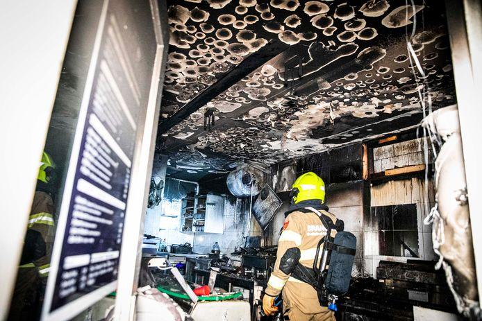 Bij Grillroom Mardin Oçakbasi in de Hoogstraat in de binnenstad van Arnhem heeft vrijdag vroeg in de ochtend een flinke brand gewoed