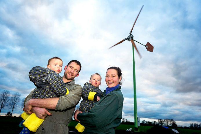 Koen Spruijt, vrouw Irma en zoons Daan en Aron zijn blij met de molen.