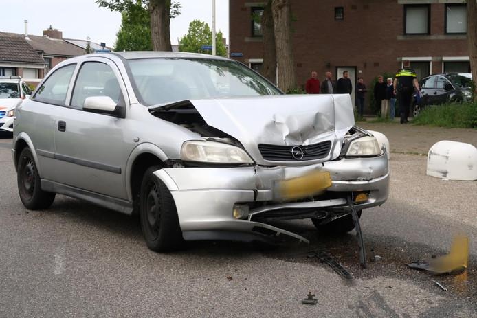 Auto's botsen frontaal op elkaar op Merodelaan in Breda