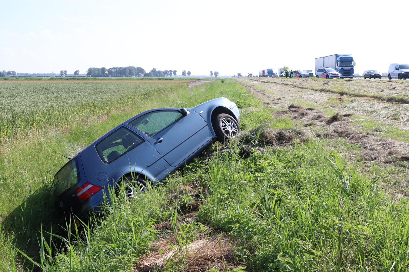 Na een kop-staartbotsing belandde deze auto in de sloot naast de A6 tussen Emmeloord en de Ketelbrug.