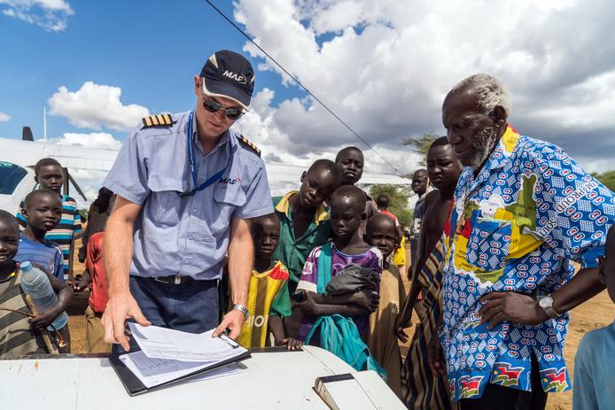 MAF-piloot Wim Hobo haalt bisschop Taban op in Kapoeta in Sudan.