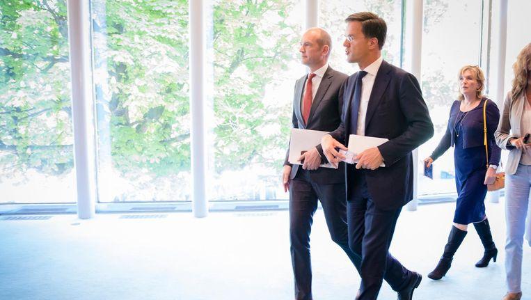 Gert-Jan Segers (ChristenUnie) en premier Mark Rutte (VVD) tijdens een schorsing van het debat over de mislukte formatie. Beeld anp