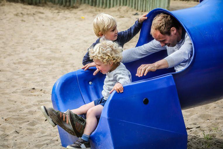 Dat is wel een erg groot kind dat daar uit de glijbaan komt :)