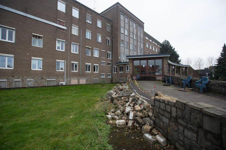 Het oude ziekenhuis van Maaseik waar momenteel honderdtwintig mensen tijdelijk wonen.