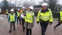 Staatssecretaris Tamara van Ark (Sociale Zaken) was bij haar bezoek aande bouw van het nieuwe Amphia onder de indruk van het ziekenhuis-in-wording. Ze sprak haar waardering uit voor de wijze waarop de veiligvoorschriften worden gecontroleerd.
