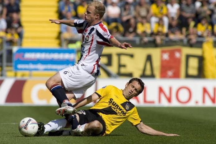 Danny Mathijssen (in 2008) namens Willem II in duel met NAC-speler Csaba Fehér. foto Roy Lazet/het fotoburo