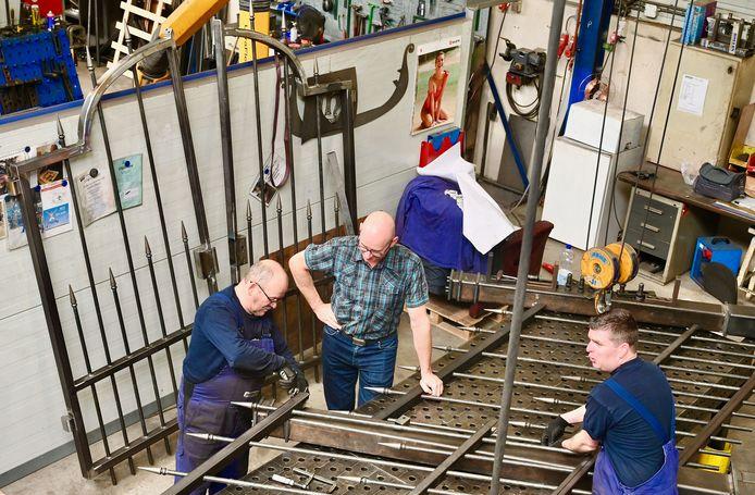 Bij Boelen Metaalbewerking in Nieuwkuijk wordt hard gewerkt aan het nieuwe hekwerk voor het toegangspad naar de muziektent op de stadswallen van Zaltbommel.