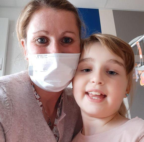 Saartje De Gendt en mama Annick De Windt in het ziekenhuis tijdens één van de behandelingen.