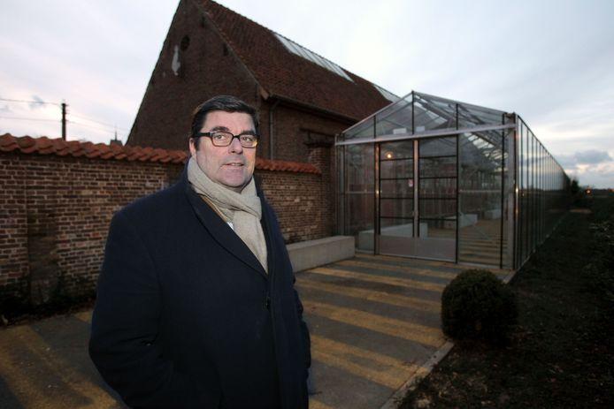 Schepen Arnold Naessens bij de vroegere Kunsthalle Loppem.