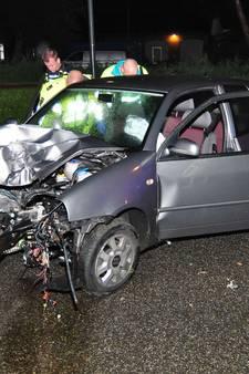Auto in gruzelementen na crash tegen boom Waalwijk: twee gewonden, motorblok losgerukt