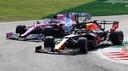 Max Verstappen glipt voorbij Lance Stroll op het circuit van Monza afgelopen zondag.