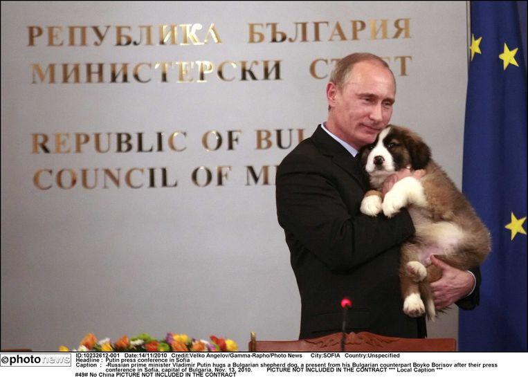 Vladimir Putin heeft weinig te kiezen. Hij kreeg een viervoeter van Bulgaarse buurman Boyko Borisov, na een persconferentie in Sofia. Beeld Photo News