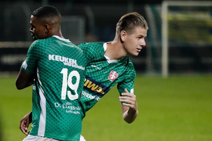 Hét moment voor Thomas Schalekamp (r): als invaller bij FC Dordrecht lost hij tegen SC Cambuur Jeremy Cijntje af.