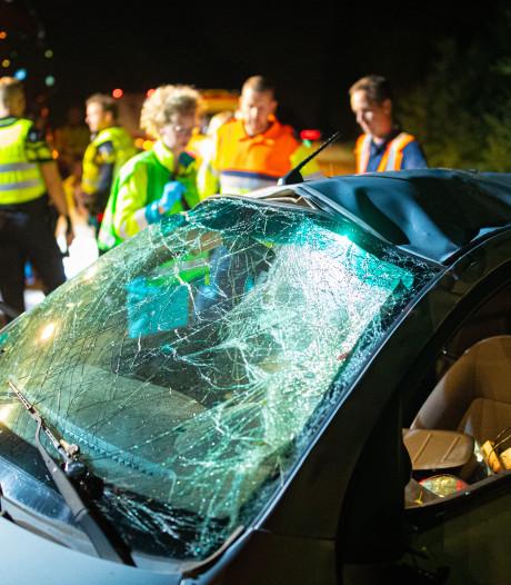 Auto slaat over de kop op de A28: drie gewonden naar het ziekenhuis
