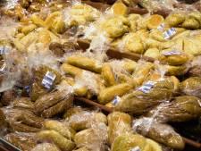 Supermarkten willen minder verpakking; plasticje om de komkommer mag er wel af
