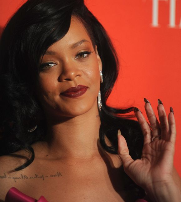 Zangeres Rihanna met valse nagels.