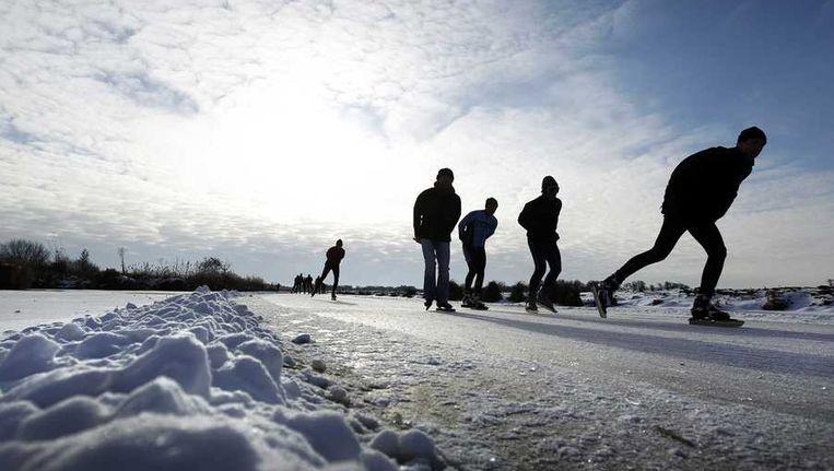 Schaatsers op het ijs gisteren tijdens de Vijf Merentocht in Giethoorn. Beeld anp