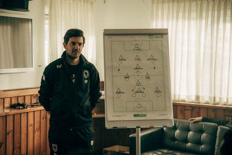 Regisseur Victor Ponten achter de schermen naast de veldopstelling. Beeld Milan van Dril