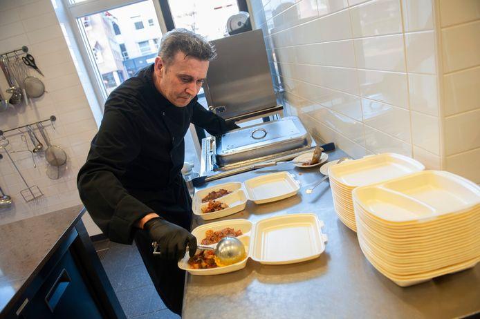 Kok Sandor Smits aan het werk in de keuken van Eetpunt De Grote Aak.