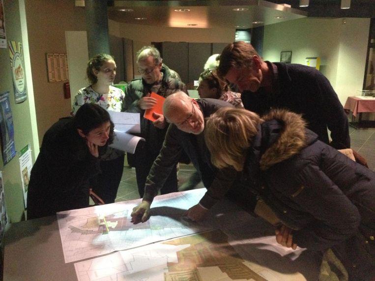 De inwoners bekijken de plannen in detail.