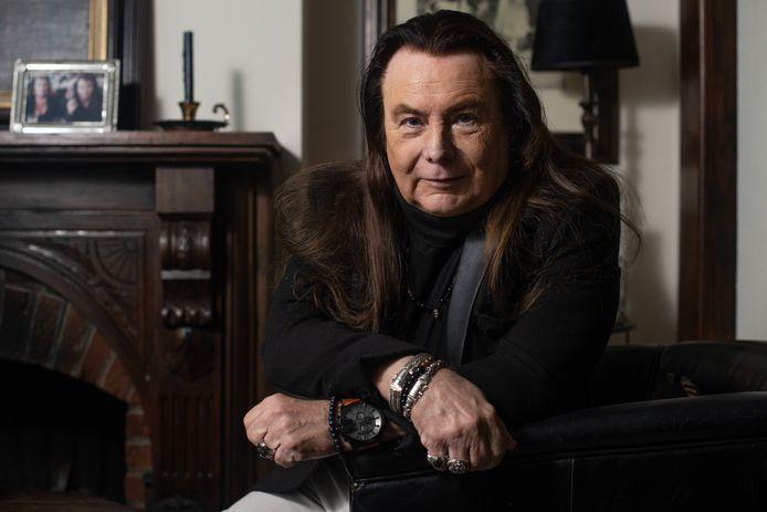 Henny Thijssen, componist, liedjesschrijver en zanger, schreef speciaal voor de revue een nieuw kerstlied.