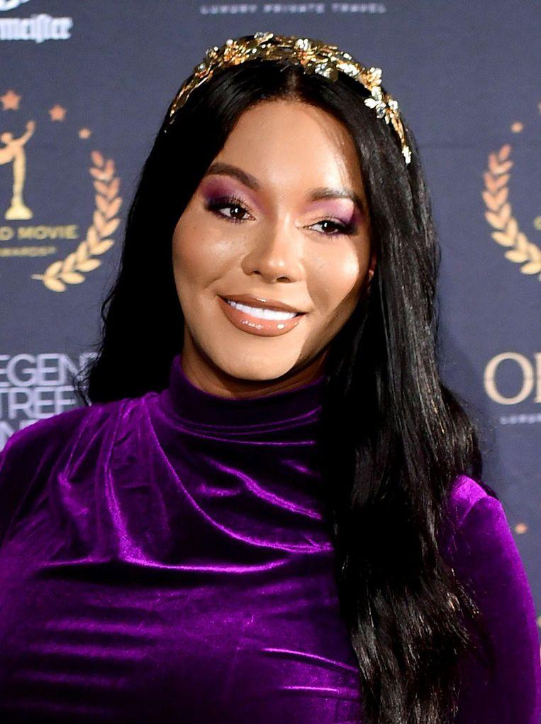 L'Oreal heeft het Britse transgendermodel Munroe Bergdorf opnieuw aangenomen, nadat ze eerder aan de deur werd gezet.